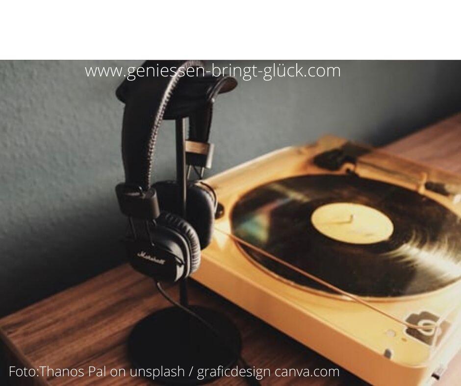 Die gute alte Schallplatte hat lange noch nicht ausgedient. Im Gegenteil, sie erlebt gerade eine Renaissance. Das Hören, mit einer gewissen Zeremonie an Handgriffen verbunden, ist genau der Stoff, aus dem Genussmomente gemacht werden. Was eine Wohnung für den Musikfreund sonst noch braucht, erfährst du hier.