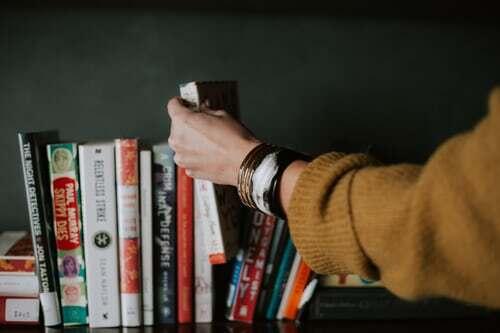 Es kommt der Punkt, wo sich das eine Buch, das man wieder einmal genießen wollte, irgendwo in der zweiten Reihe des Regals versteckt. Zeit für eine Inventur! Die kann übrigens auch recht genussvoll ausfallen. Weitere Tipps für geistig-seelische Genussmomente und und wie man zu ihnen kommt, findest du hier.