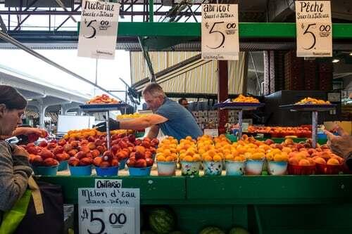 Es ist schon ein besonderer Duft, den so ein Marktplatz für Obst und Gemüse verströmt. Auch kleinere Läden komprimieren diese Mischung aus Düften von Obst und Gemüse besonders gut. Finde in der Übersicht, zu der dieser Hinweis gehört, noch 9 weitere Tipps für duftende Genussmomente.