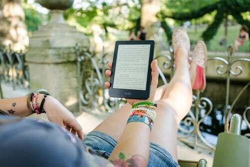 Manche Genussmomente leben besonders stark von einer guten Vorbereitung. Das gilt auch für das Lesen. Der E-Book-Sektor bietet Abonnenten die Möglichkeit für kostenlose Leseproben. So ergibt sich die Chance, in aller Ruhe oft mehr Einblick in ein Buch zu bekommen als in der Buchhandlung. Versuche es! Schau dir auch 10 weitere Tipps an, die dazu beitragen können, Geist und Seele zu verwöhnen.