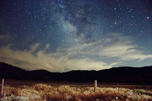 """Auch im Dunkel der Nacht gibt es schöne Dinge zu sehen. Wenn man an einem sternenklaren Abend zum Himmel zu schaut und die Sterne betrachtet, spürt man die Verbindung mit dem Universum. Eine App kann dabei helfen, die Sternenbilder besser kennenzulernen. Das macht den Genuss komplett. Solltest du dir noch mehr Anregungen wünschen, was """"sehenswerte"""" Genussmomente betrifft, dann bist du hier richtig."""