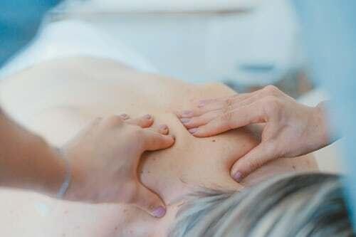 Es muss nicht immer die professionelle Physiotherapie sein, wenn es darum geht, Körperspannungen zu lösen. Bei einer sanften Partner-Massage im Schulter-Nackenbereich oder einer einfühlsamen Fußmassage kann man nichts falsch machen. Genuss Inclusive. Noch mehr Genusstipps findest du auf dieser Übersichtsseite.