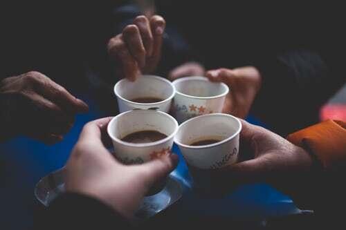 Kaffeepausen gehören schon seit jeher zum Büroalltag. Wie verschieden sie gehandhabt werden können und wie sie ihren Erholungswert entfalten, darum geht es in diesem Beitrag zum Thema Arbeitspausen.