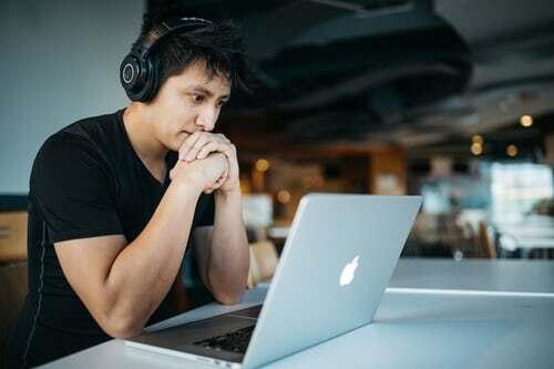 """Wer keine Musikberieselung zum Arbeiten braucht, sollte trotzdem nicht auf die emotionelle Macht der Musik verzichten und sich möglichst täglich mindestens eine Musikpause gönnen. Noch mehr Tipps zum Thema """"Arbeitspause genießen"""" findest du hier."""
