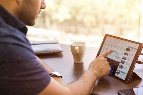 Wer mit seiner sozialen Community auf Facebook, Twitter oder ähnlichen sozialen Medien verkehrt, für den geht sich in den bis zu 15 Minuten der sozialen Pause einiges an Kontaktmöglichkeiten aus. Wenn es irgendwie möglich ist, sollte man zu diesem Zweck den Arbeitsplatz wechseln, denn auch Bewegung ist in Büropausen immer wichtig. Mehr Ideen für die Soziale Pause im Büro gibt es auf dieser Seite.