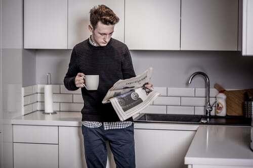 Für ein intensiveres Lesen einer Tageszeitung oder einer der Zeitschriften, die auf den Bürotisch geflattert sind, geht sich die Wartepause wohl nicht aus. Trotzdem kann man die Gelegenheit nutzen, um sich ganz bewusst nur auf die Schlagzeilen zu konzentrieren. Von den Tagesnachrichten bis hin zu den Klatschspalten verschaffst du dir so einen kurzen Überblick über das aktuelle Geschehen. Gut für den nächsten Smalltalk. Was du sonst noch tun kannst, wenn sich Wartezeiten im Büro ergeben, erfährst du hier.
