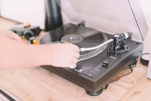 Zeit, wieder einmal eine Platte aufzulegen? Schallplattenspielen hat einen rituellen Charakter, Damit ist es für die Gestaltung von Genussmomenten besonders gut geeignet. Welche Hörerlebnisse sonst noch für genussvolle Augenblicke in Frage kommen, erfährst du hier.