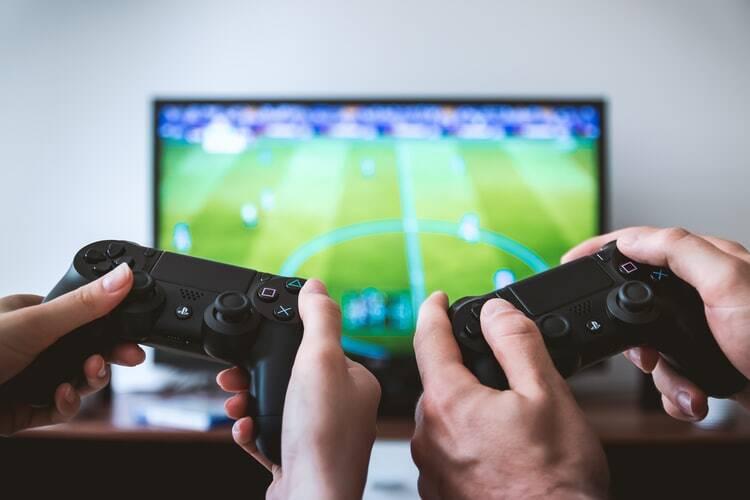 """Schön, dass man einige Video-Spiele gemeinsam genießen kann, auch wenn die Erwachsenen auf diesem Gebiet wohl keine gleichwertigen Partner für jugendliche """"Spieleprofis"""" sind. Wenn du eher Tipps für gemeinsames Genießen abseits der digitalen Welt suchst, findest du diese auch auf dieser Seite."""