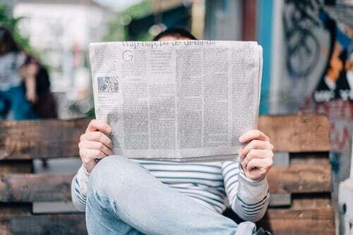 Seriöse Zeitungen, aber auch Zeitschriften sind ideale Lieferanten für Gesprächsstoff unter Freunden. Es lohnt sich, herauszufinden, welche sich nach dem eigenen Geschmack besonders genussvoll lesen lassen und für die Mittagspause gut eignen. Was Zeitungslektüre um die Mittagszeit grundsätzlich mit Genuss zu tun hat und was du sonst noch tun kannst, um dir die Mittagspause imn Büro zu verschönern, das erfährst du hier.